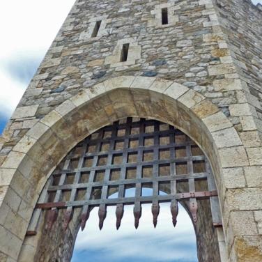 Besalú - Puerta en el puente medieval